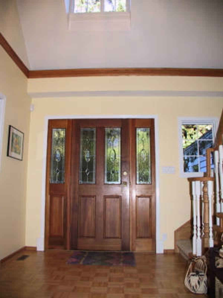 Foyer 2 storey ceiling and hardwood floors