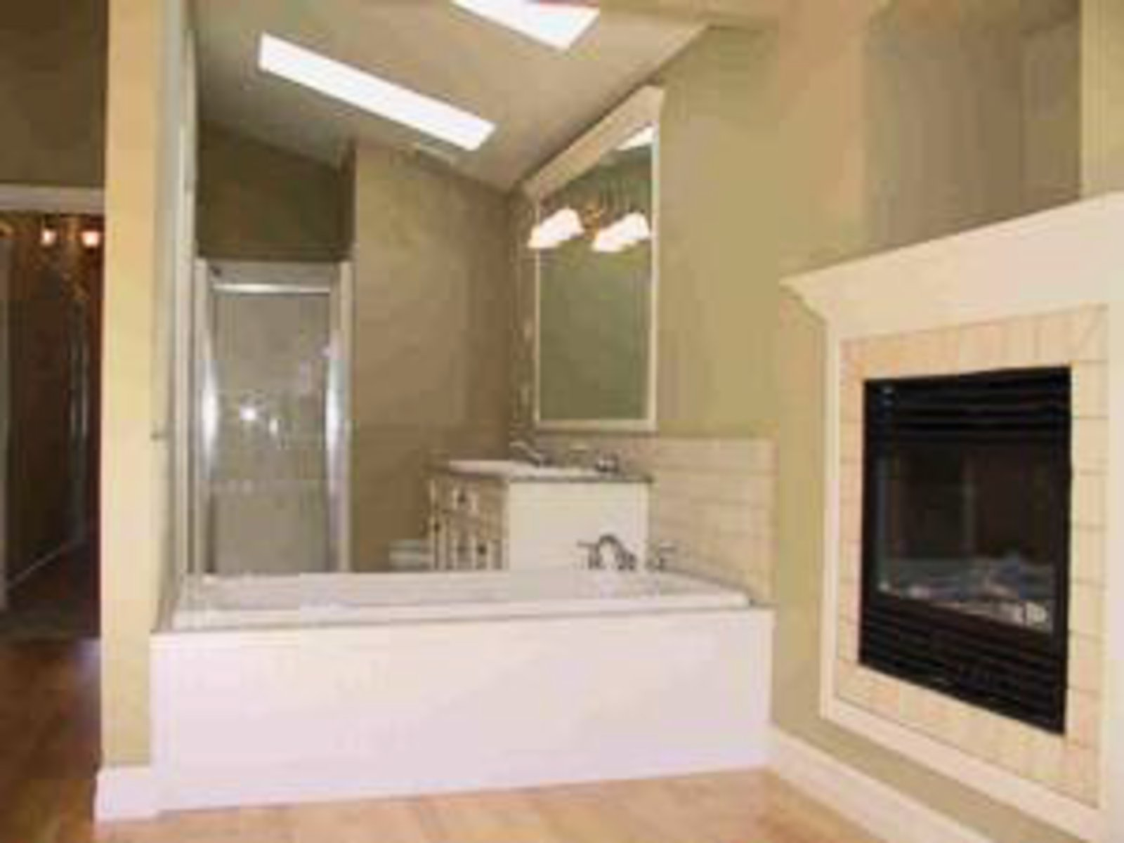 Master Bedroom Ensuite 2 skylights, gas fireplace, Jacuzzi, 2 sinks